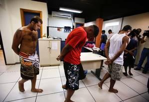 Suspeitos do ataque à UPP de Manguinhos são apresentados pela Polícia / Foto: Alexandre Cassiano / O Globo
