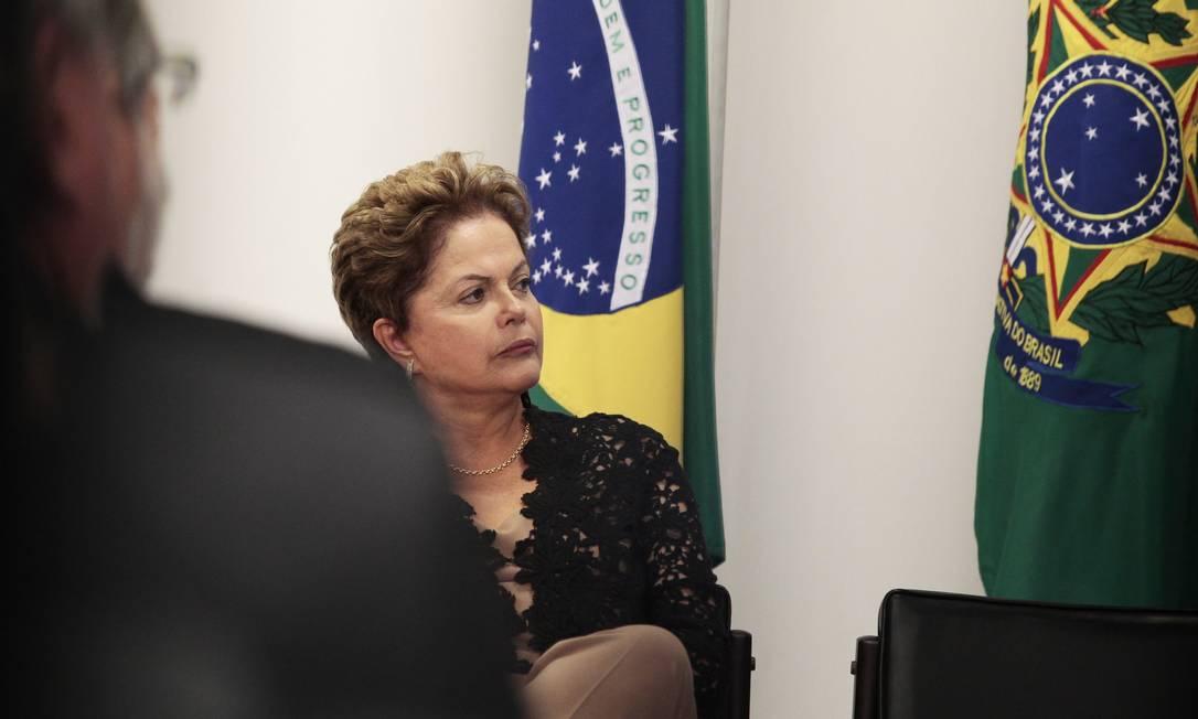 A presidente Dilma participa da cerimônia de assinatura do contrato para construção da ponte sobre o rio Guaíba Foto: Jorge William/31-3-2014 / Agência O Globo
