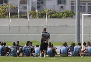 Treino do Botafogo nesta terça-feira: jogadores voltam a protestar contra atraso de salário, antes de iniciarem as atividades Foto: Marcos Tristão / Agência O Globo
