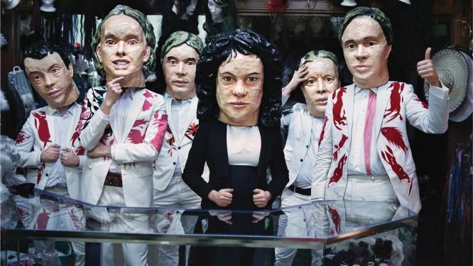 O baterista Jeremy Gara (usando a cabeça de papel marché que o representa à esquerda) e seus companheiros de banda Foto: Divulgação