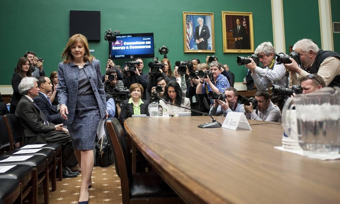 Mary Barra, diretora executiva da GM (à esquerda), chega ao Subcomitê da Câmara dos Representantes dos EUA de Energia e Comércio. Ela deu depoimento nesta terça-feira sobre os defeitos de ignição que provocaram pelo menos 13 mortes Foto: Pete Marovich/Bloomberg