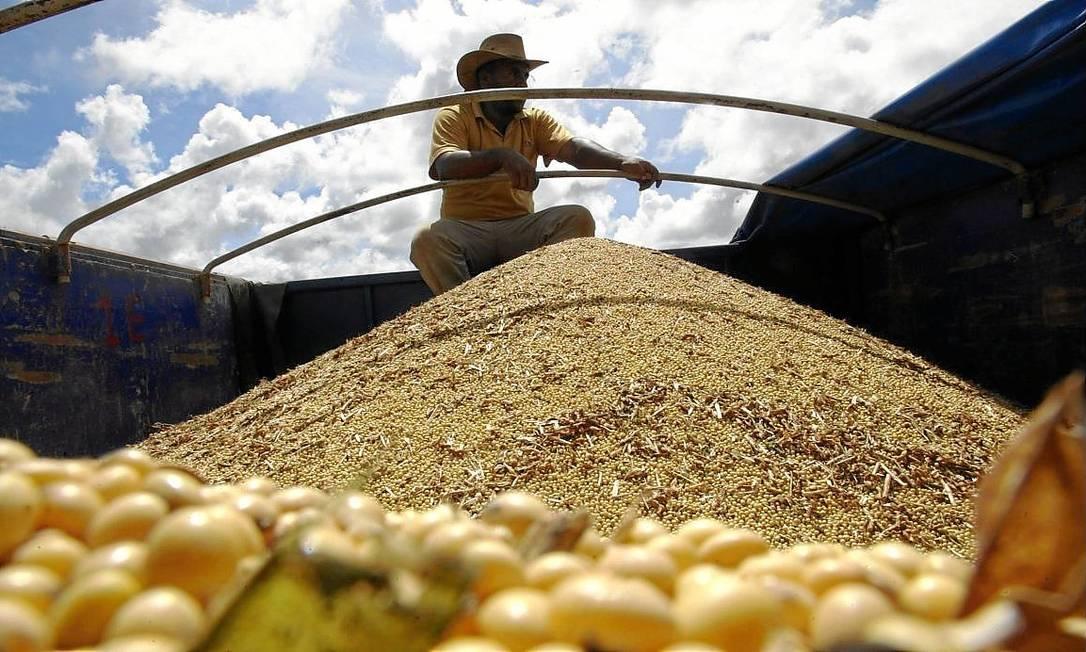 Homem anda em caminhão carregado com soja; óleo proveniente do grão está entre os produtos ameaçados Foto: Paulo Whitaker / Paulo Whitaker