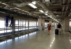 Esteira que leva passageiros do Terminal 1 para o 2 do Galeão parada Foto: Hudson Pontes / Agência O Globo