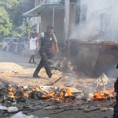 Moradores do Cantagalo atearam fogo em lixo na Ladeira Saint Roman Foto: Guilherme Pinto / Extra / Agência O Globo