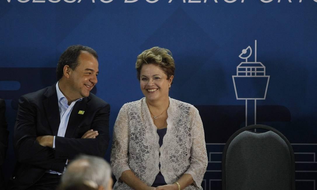 Dilma Rousseff e Sérgio Cabral na assinatura do contrato de concessão do Galeão Foto: Pablo Jacob / O Globo