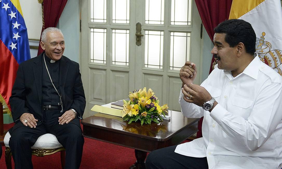 Monsenhor Diego Padrón em encontro com o presidente Nicolás Maduro em junho de 2013, em Caracas Foto: JUAN BARRETO / AFP