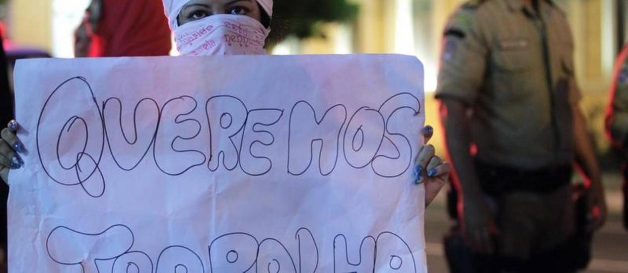 Prostitutas de Niterói fazem manifestação: elas não querem ser retiradas de prédio no Centro da cidade Foto: Roberto Moreyra