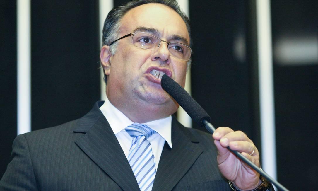 O deputado André Vargas (PT/PR) discursa em plenário Foto: ANDRvâ COELHO / Agvncia O Globo / Agência O Globo
