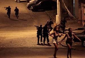 Policiais fazem operação após ataque a base de UPP no Lins Foto: Marcelo Piu / Agência O Globo
