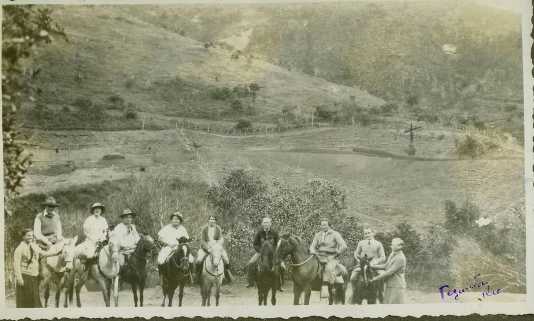 Em Itaipava, um dos hobbys dos amigos pilotos e seus convidados era fazer longas cavalgadas pela grande propriedade de Marcel Reine. E, como a cidade era ainda pouco povoada no final da década de 1920, eles podiam andar pelos morros sem preocupação. Foto: Arquivo pessoal