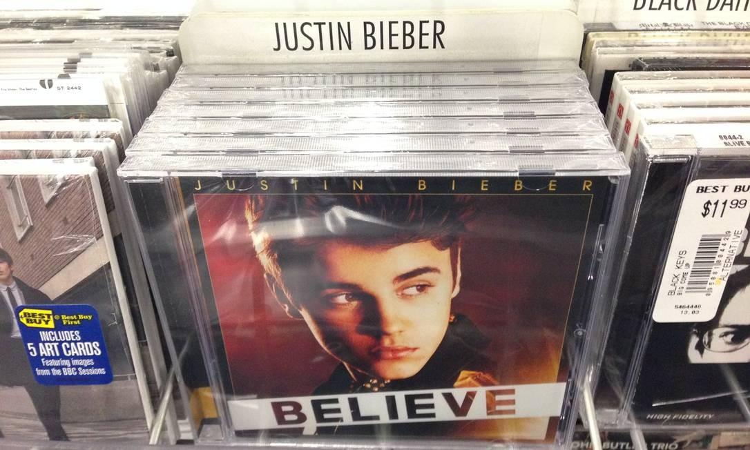 Caixa do álbum 'Believe', de Justin bieber, contém, na verdade, um CD do artista Paz, em uma loja Best Buy de Los Angeles Foto: Derrik J. Lang / AP