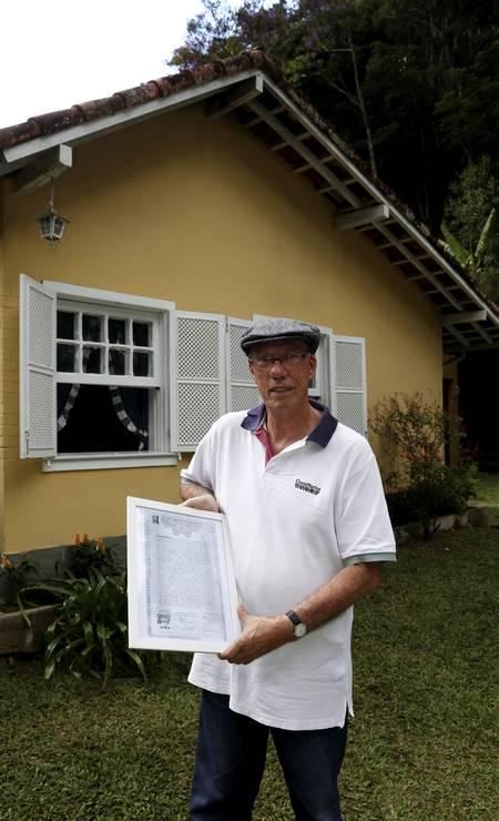 Atual proprietário, José Augusto Wanderley mostra a escritura da casa, que ele guarda emoldurada. Foto: Hudson Pontes / Agência O Globo