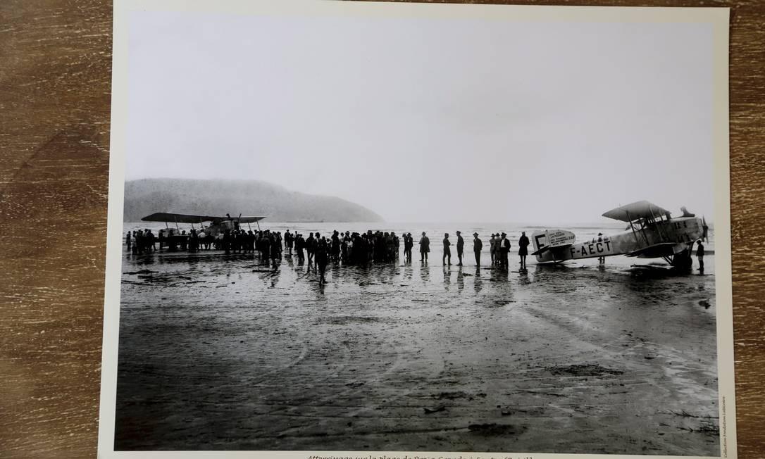 A imagem é de uma aterrissagem de um dos aviões da Aéropostale na Praia Grande, em Santos. Não se sabe exatamente o ano, mas foi entre 1926 a início de 1931. Foto: Hudson Pontes / Agência O Globo