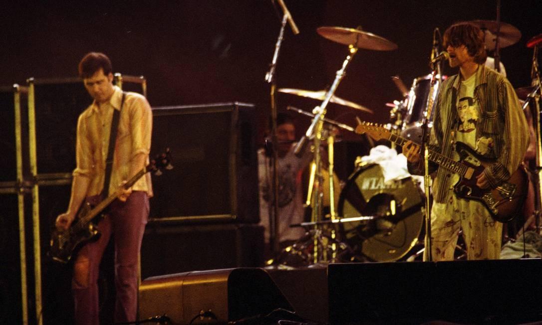 No palco do Hollywood Rock, no Rio de Janeiro, com os colegas de banda Krist Novoselic (baixo) e Dave Grohl (bateria) Foto: Terceiro / Agência O Globo