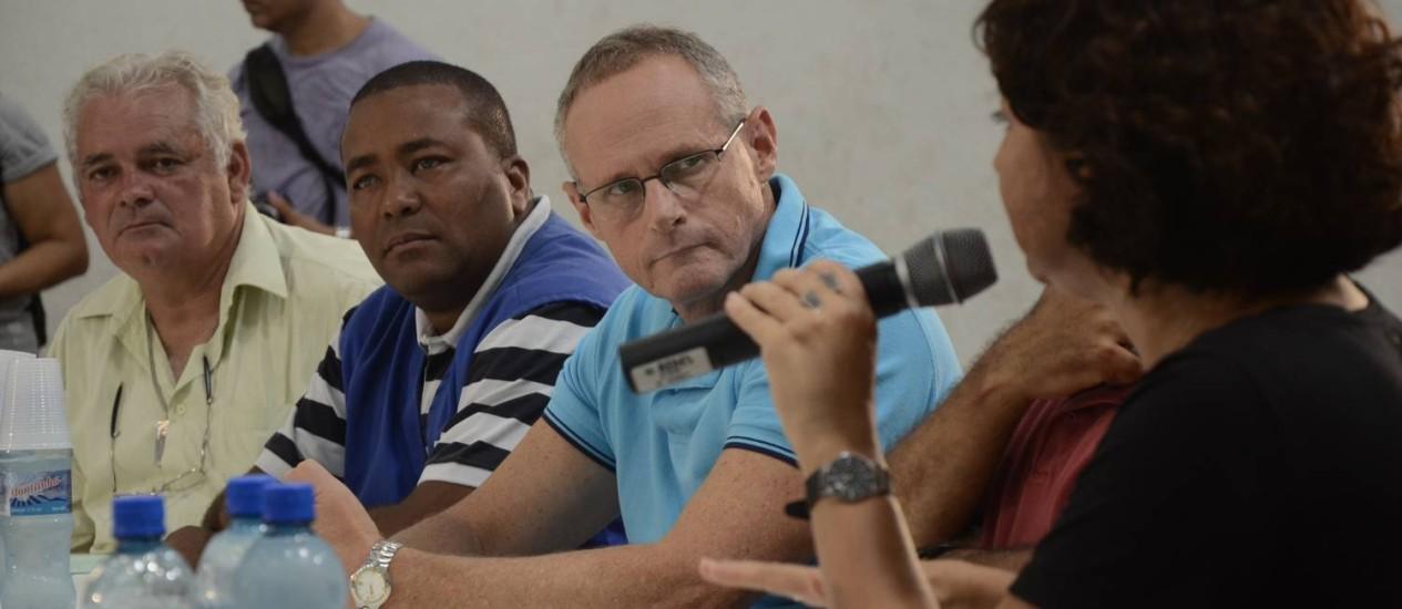 O secretário de segurança pública do Rio, José Mariano Beltrame, durante reunião no Complexo da Maré Foto: Divulgação/Amanda Santos