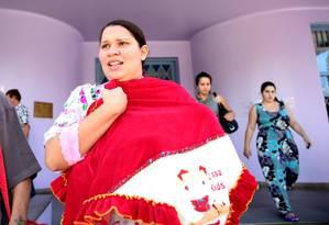 Adelir Lemos de Goes, submetida a uma cesariana contra a sua vontade, sai de hospital com a filha coberta por uma manta vermelha Foto: Bruno Alencastro / Agência RBS
