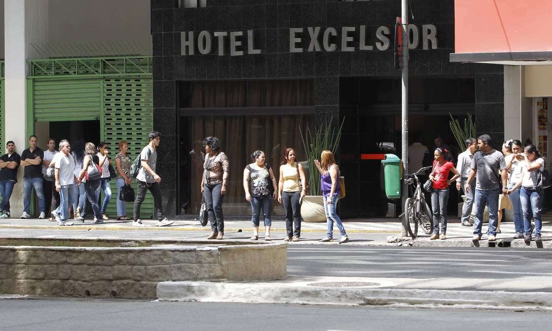 Médicos cubanos deixam o Hotel Excelsior, em São Paulo, onde estão hospedados Foto: O Globo / Michel Filho