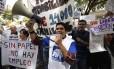 Jornalistas participam de protesto em Caracas, exigindo que o governo libere dólares para a compra de papel