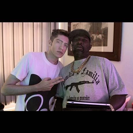 O produtor Boss In Drama posa com Mr. Catra em estúdio de gravação Foto: Reprodução do Instagram/ @bossindrama