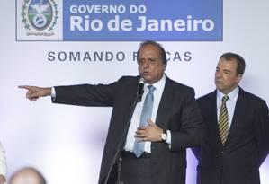 O governador Pezão e o ex-governador Cabral no Palácio Guanabara, em 2014 Foto: Alexandre Cassiano / Agência O Globo
