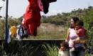 Quatro anos depois da tragédia, Valquiria Silva e sua família ainda mora à beira do precipício, em uma das casas do Morro do Bumba Foto: Gustavo Stephan / Agência O Globo