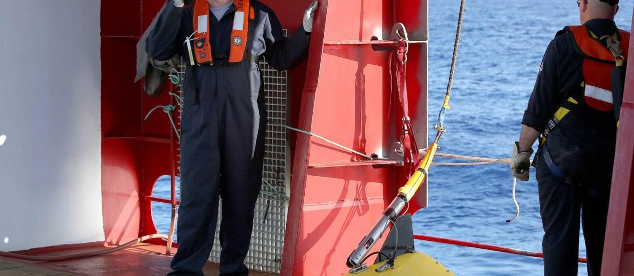 Embarcação australiana instala um 'towed pinger locator', equipamento que consegue captar sinais emitidos por caixas-pretas Foto: HANDOUT / REUTERS