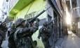 Tropas do Exército patrulham as ruas do Complexo da Mare /