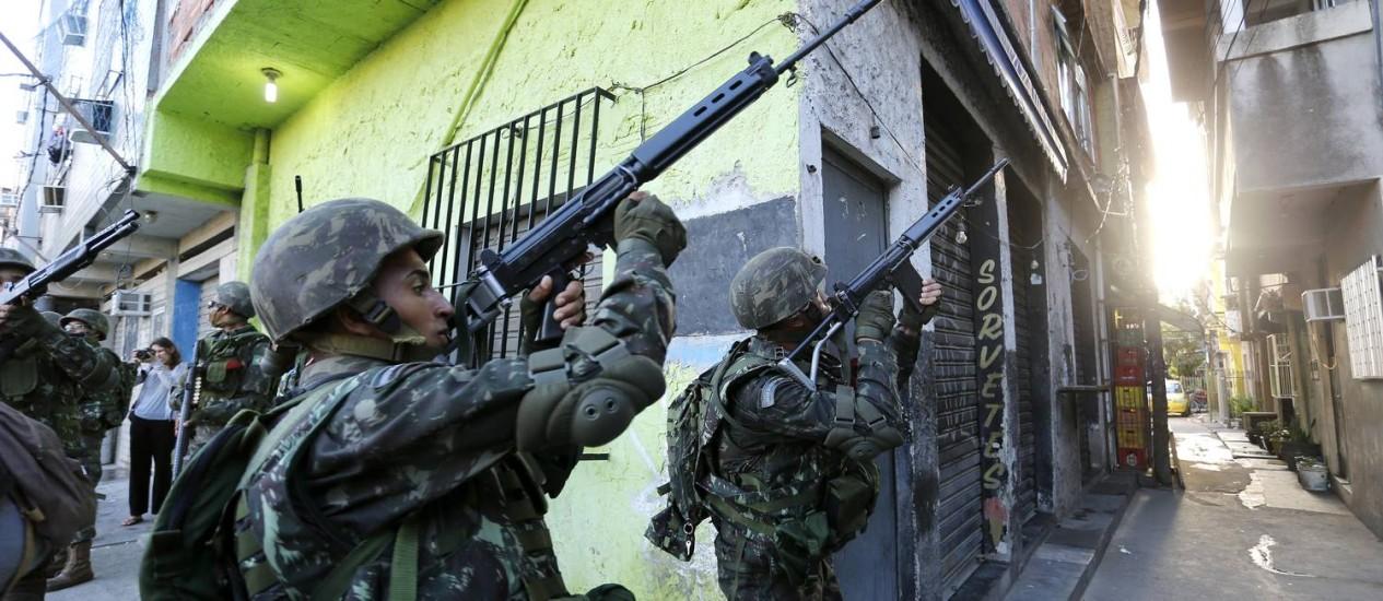 Tropas do Exército patrulham as ruas do Complexo da Mare / Foto: Ivo Gonzalez / O Globo