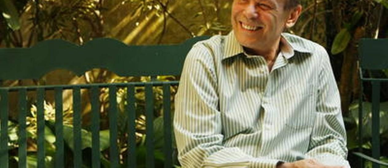Morre no Rio o ator José Wilker. Na foto, Wilker posa no jardim de sua casa. Arquivo 09/07/2010 Foto: Gustavo Azeredo / Extra / Agência O Globo