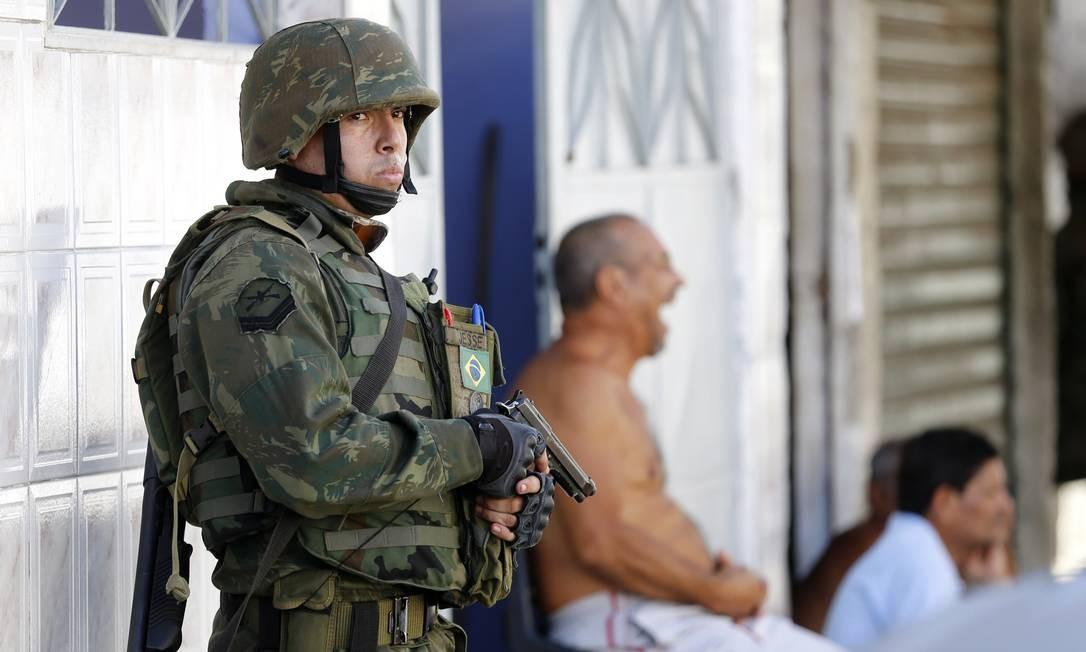 Ao todo, são 2.750 homens das Forças Armadas e da Polícia Militar ocupando a maior parte do Complexo da Maré Foto: Ivo Gonzalez / Agência O Globo