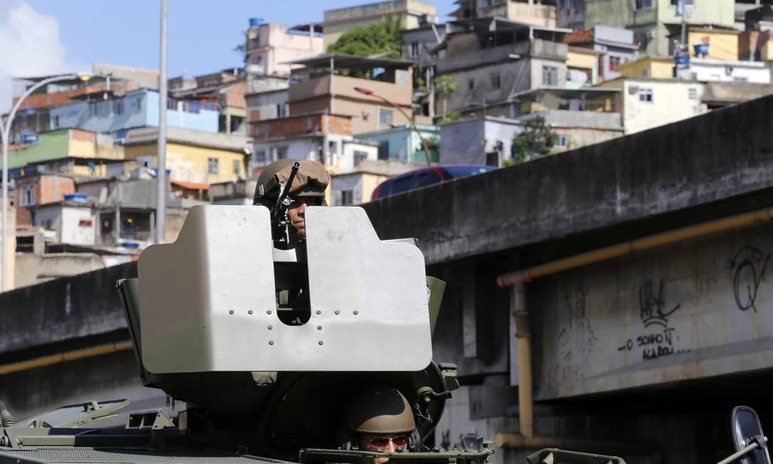São 2.050 militares da Brigada Paraquedista, 500 fuzileiros navais e 200 policiais militares Foto: Ivo Gonzalez / Agência O Globo