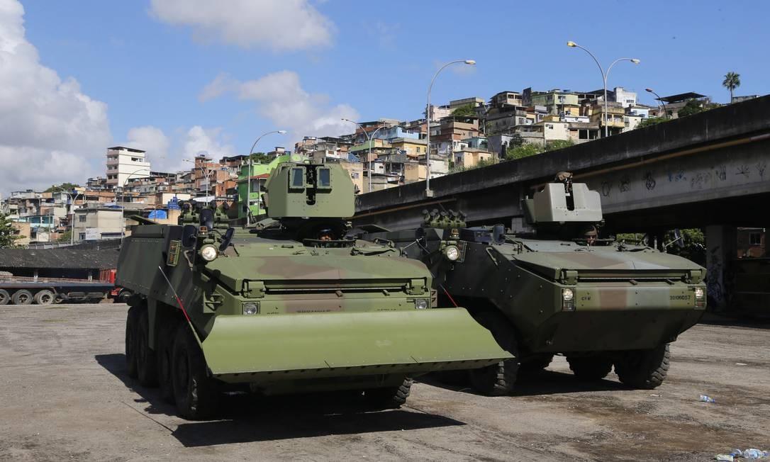 Os militares vieram em blindados preparados para situações extremas, caso os traficantes quisessem entrar em confronto com a Força de Pacificação Foto: Ivo Gonzalez / Agência O Globo