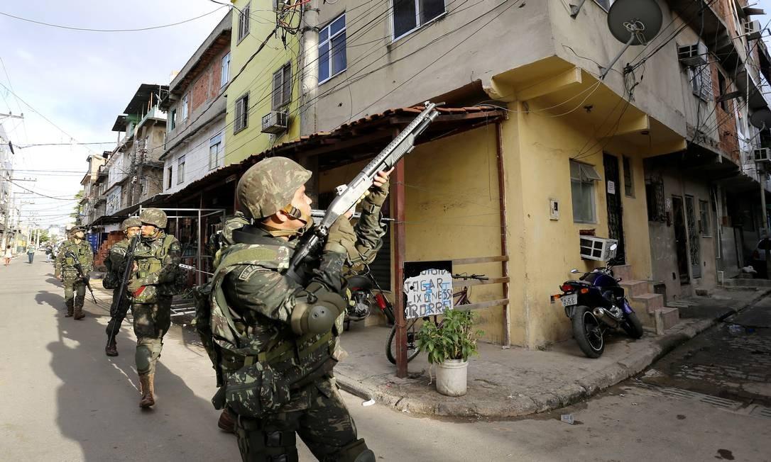 Soldados do Exército e fuzileiros navais ocupam comunidades do Complexo da Maré Foto: Ivo Gonzalez / Agência O Globo