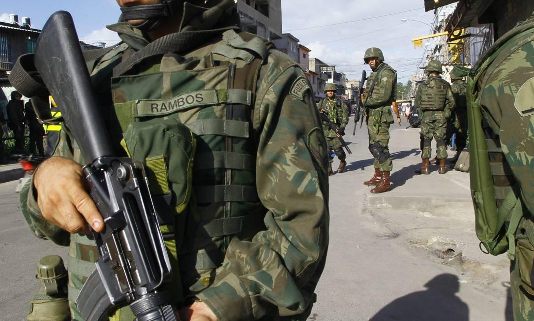 Na Vila do João, a entrada dos fuzileiros navais Foto: Marcelo Carnaval / Agência O Globo