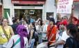 Moradores protestaram durante desfile pela Maré