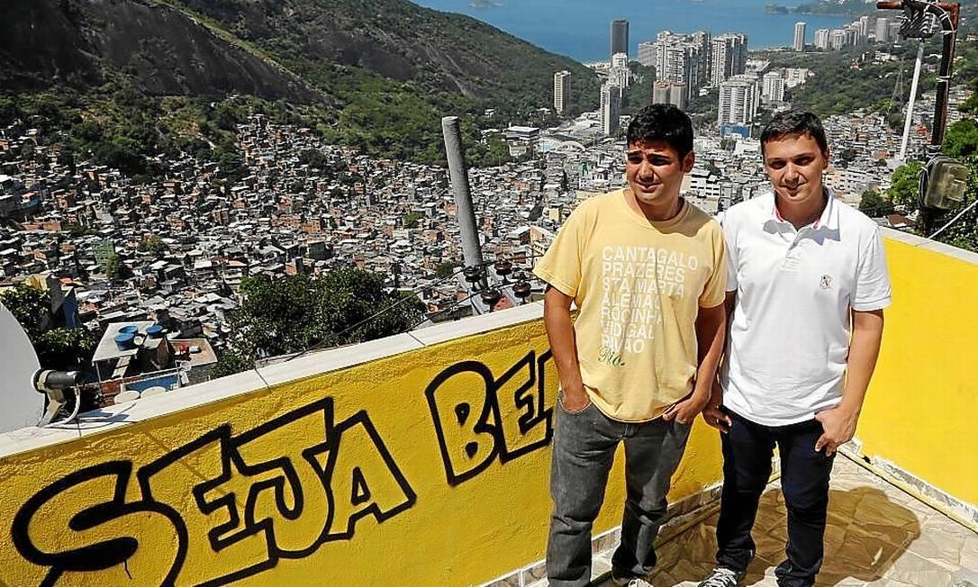 Só alegria. Os dois amigos e donos da NET Rocinha apostam no atendimento personalizado Foto: Fabio Rossi / Fabio Rossi