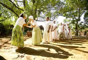 Mãe Flávia Pinto com integrantes do Terreiro Casa do Perdão, em Campo Grande: um dos 847 mapeados em pesquisa da PUC-RJ - Foto: Márcia Foletto / Agência O Globo