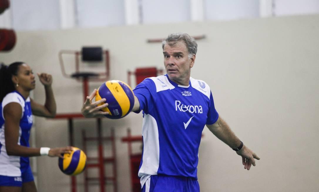Bernardinho durante o treino da sua equipe Foto: Bárbara Lopes / O Globo