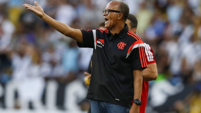 ac72c74ec40f0 Jayme de Almeida orienta seus jogadores durante o empate entre Flamengo e  Vasco Foto  Guito