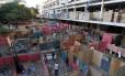 Tapumes são colocados para dividir os novos barracos erguidos no terreno na Favela da Telerj