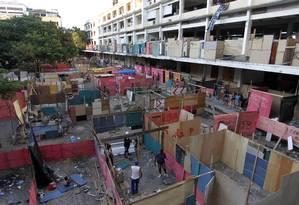 Tapumes são colocados para dividir os novos barracos erguidos no terreno na Favela da Telerj Foto: Gustavo Miranda / Agência O Globo