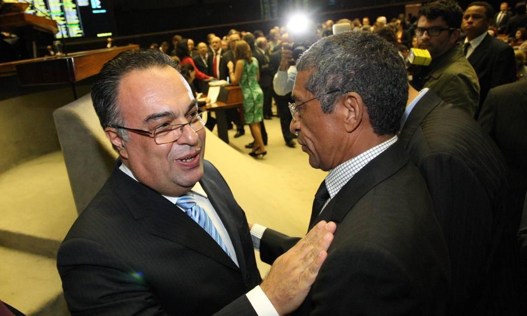 Vargas cumprimenta Vicentinho, líder do PT na Câmara Foto: / André Coelho/Agência O Globo