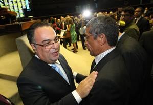 Vargas cumprimenta Vicentinho, líder do PT na Câmara Foto: André Coelho/Agência O Globo