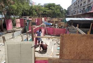 O terreno localizado na Rua Dois de Maio, no Engenho Novo, onde barracos continuam sendo construídos Foto: Marcelo Piu / Agência O Globo