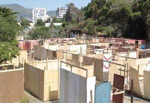 Os novos barracos que estão sendo construídos na Favela da Telerj Foto: Marcelo Piu / Agência O Globo