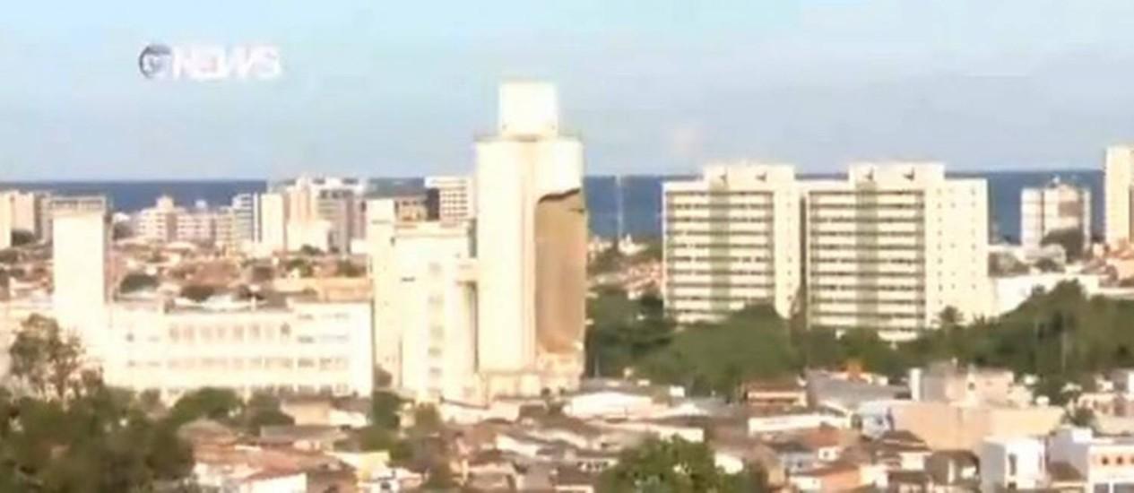 Silo de moinho desaba e espalha cerca uma tonelada de trigo em Maceió Foto: Reprodução TV