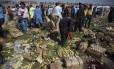 Funcionários da segurança paquistanesa inspecionam o local da explosão