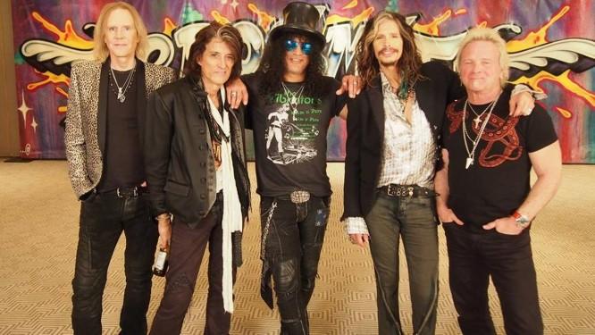 Slash (no centro) com a banda Aerosmith Foto: Divulgação/John Bionelli