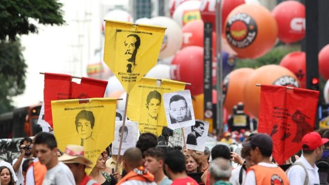 Ex-presos políticos fazem 'esculacho' na porta da Fiesp Foto: Michel Filho / O Globo