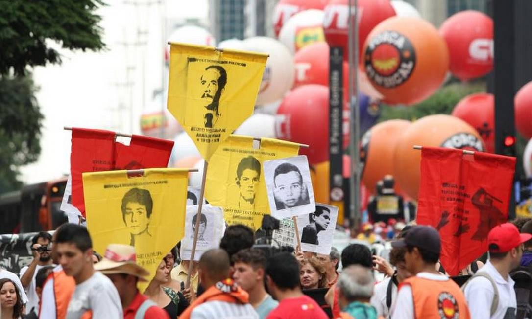 Ex-presos políticos e jovens da Frente do Esculacho Popular protestaram nesta quarta-feira diante do prédio da Federação das Indústrias do Estado de São Paulo Michel Filho / O Globo